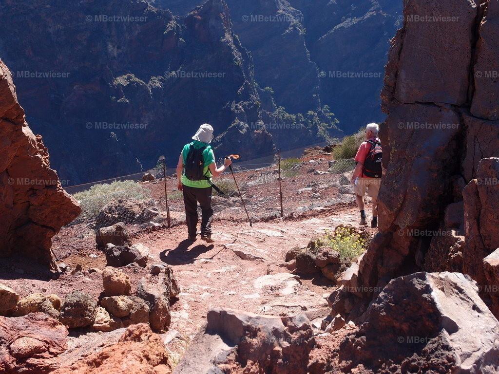 P4295239   Wanderer auf dem Roque de Los Muchachos