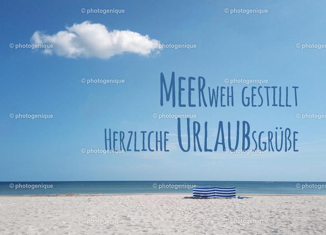 Urlaubskarte Meerweh gestillt Herzliche Urlaubsgrüße | Urlaubskarte mit Blick vom leeren Strand auf das Meer bei Tageslicht und dem Spruch Meerweh gestillt Herzliche Urlaubsgrüße