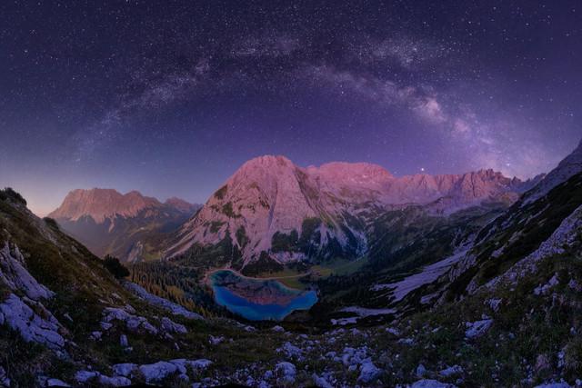 Sternenmeer | Ein unvergesslicher, lauer Sommerabend in den österreichischen Alpen. Der Gipfel spiegelt sich im Alpensee und die Milchstraße überspannt dieses herrliche Panorama.