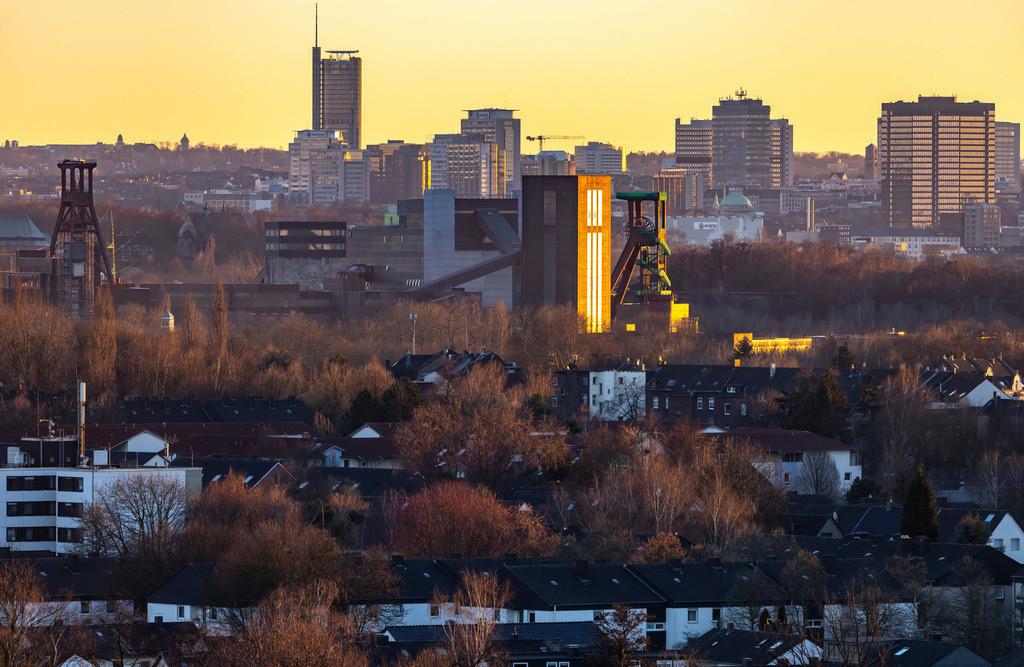 JT-190215-002 | Skyline von Essen, vorne die Zeche Zollverein, Weltkulturerbe, dahinter die Hochhäuser der Innenstadt, mit dem Rathaus, rechts, RWE Tower, links,