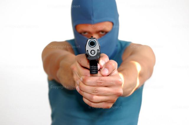 Überfall  | Ein maskierter Mann zielt mit einer Pistole direkt auf einen.