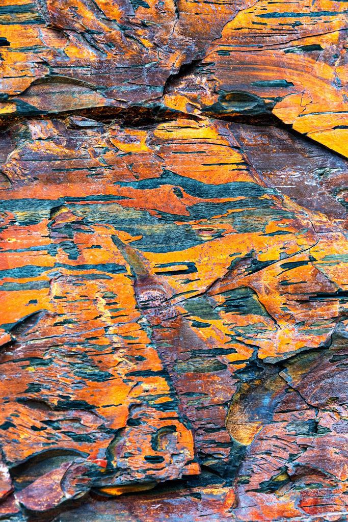 Fels in Rot-, Orange- und Blautönen an der Küste von Kilkee, Irland | Best. Nr. irl_2014_05_6861