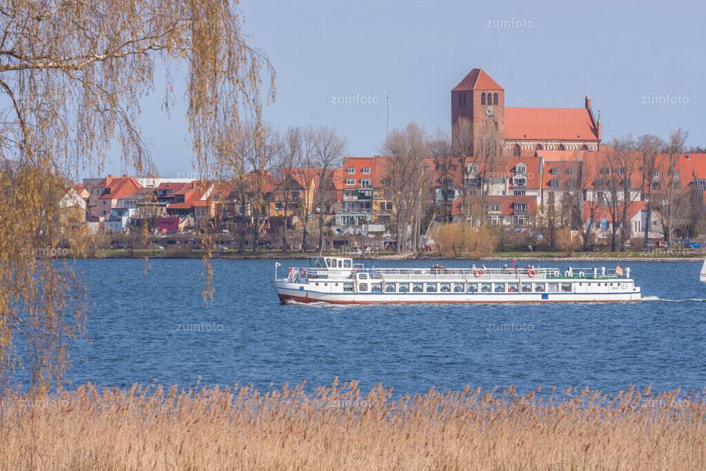 Blick über die Müritz von Ecktannen aus in Richtung Georgenkirche