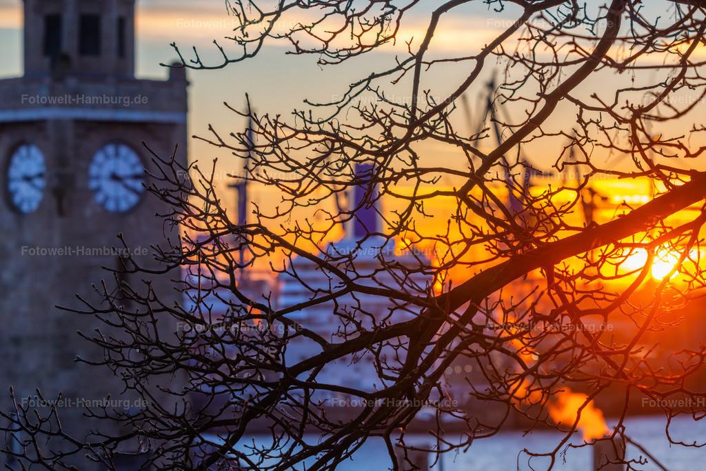 10201216 - Winterliches Abendlicht | Atmosphärische Aufnahme von den Landungsbrücken, auf denen der Pegelturm und die Docks von Blohm und Voss schemenhaft zu erkennen sind.