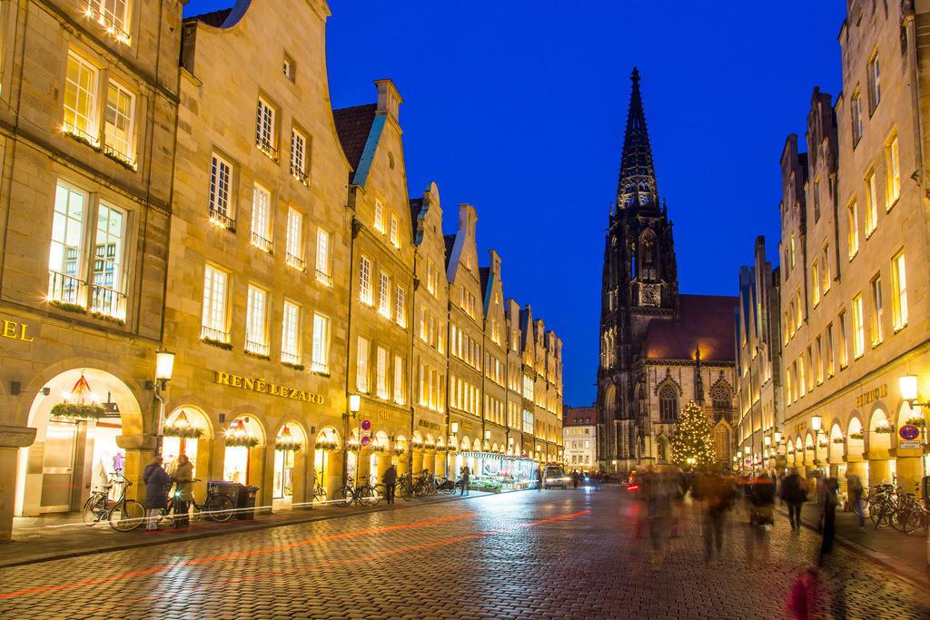 JT-151215-372 | Giebelhäuser am Prinzipalmarkt, St. Lamberti Kirche, zur Weihnachtszeit, beleuchtet, Innenstadt von Münster,