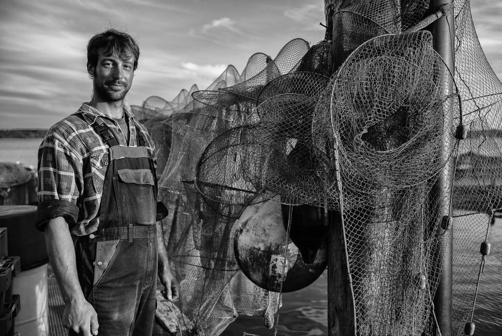 Fischer Nils Ross © Holger Rüdel   Nils Ross ist Berufsfischer in Schleswig an der Schlei. In dem kleinen Familienbetrieb arbeitet er eng mit seinem Vater Jörn und seinem Bruder Christian zusammen. Die Familie Ross lebt und fischt seit Jahrhunderten an der Schlei.