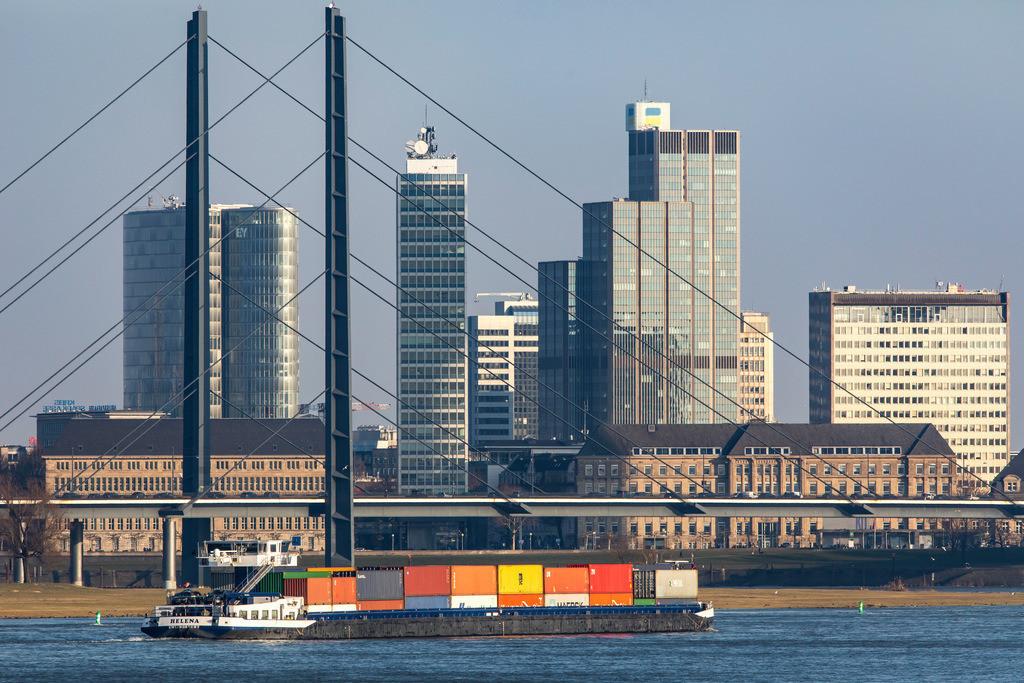 JT-180222-178 | Düsseldorf, Skyline der Innenstadt, Hochhäuser, Rheinkniebrücke, Rhein, Frachtschiff,