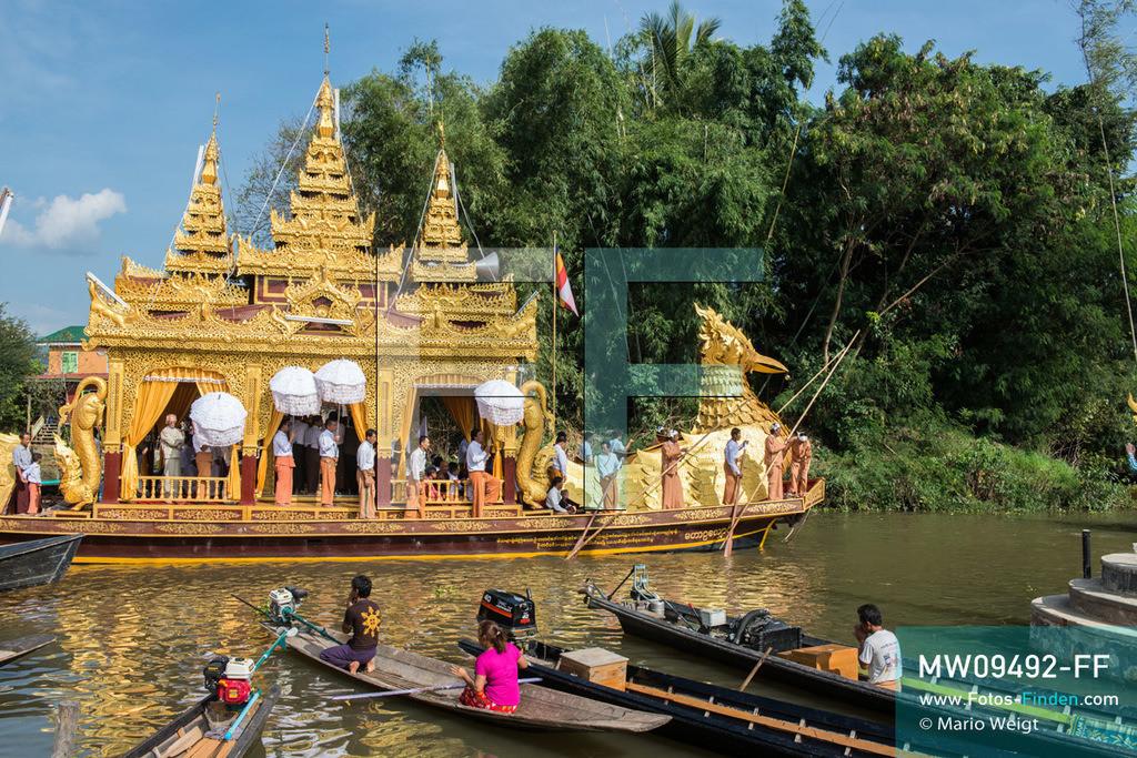 MW09492-FF | Myanmar | Nyaung Shwe | Reportage: Phaung Daw U Fest | Während der großen Bootsprozession transportiert die königliche Barke Shwe Hintha in Form eines Karaweik-Vogels vier goldene Buddha-Statuen von Dorf zu Dorf auf dem Inle-See.  ** Feindaten bitte anfragen bei Mario Weigt Photography, info@asia-stories.com **