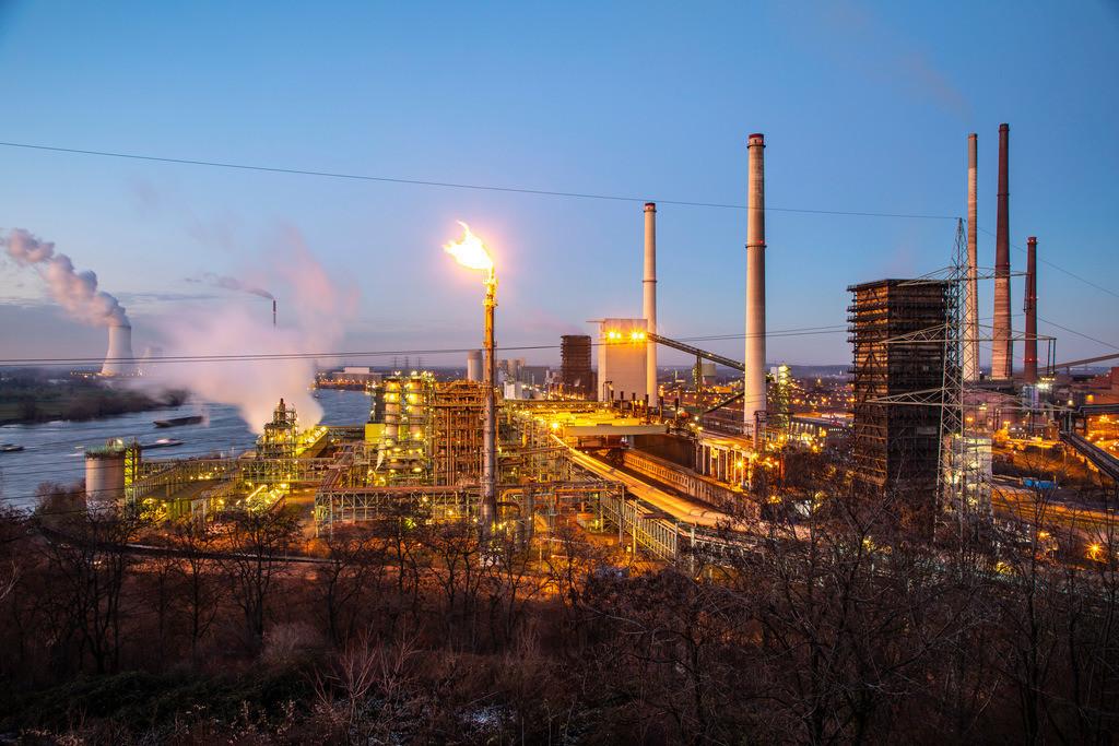 JT-190120-027 | Stahlstandort Duisburg Hamborn, Kokerei Schwelgern ThyssenKrupp Steel, rechts Hochöfen, hinten Kühlturm des Kohlekraftwerks Duisburg Walsum, Block 10, Rhein