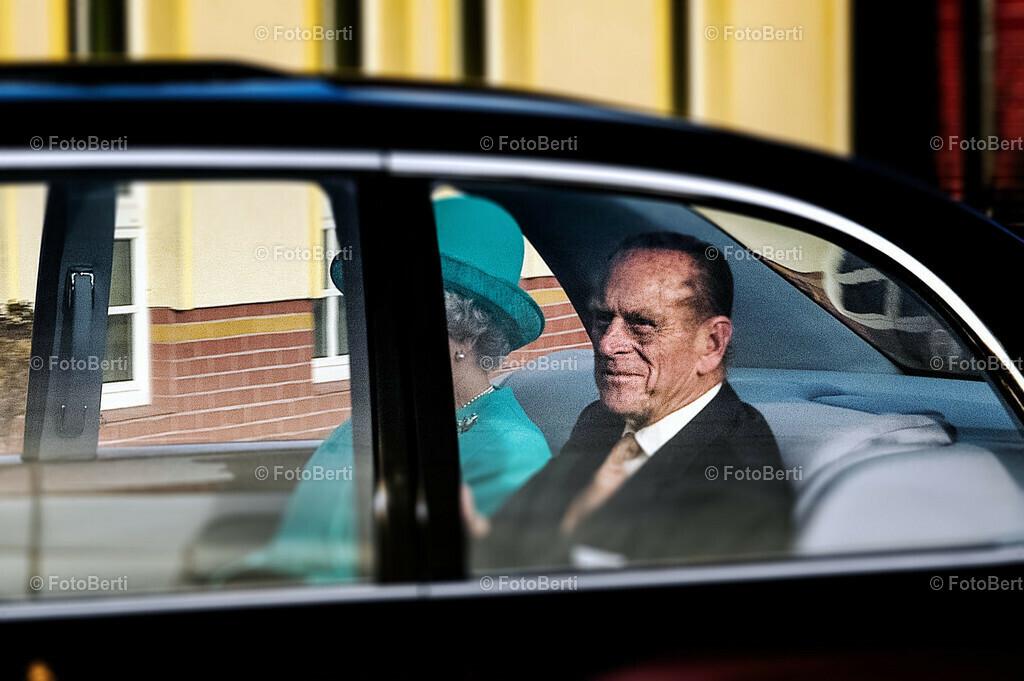 Koenigin Elizabeth II | Koenigin Elizabeth II., bei der Ankunft auf dem Flughafen Berlin-Tegel. Im Bentley, sie sitzt hinter dem Fahrer auf der rechten Seite, neben ihr Prinz Phillip.