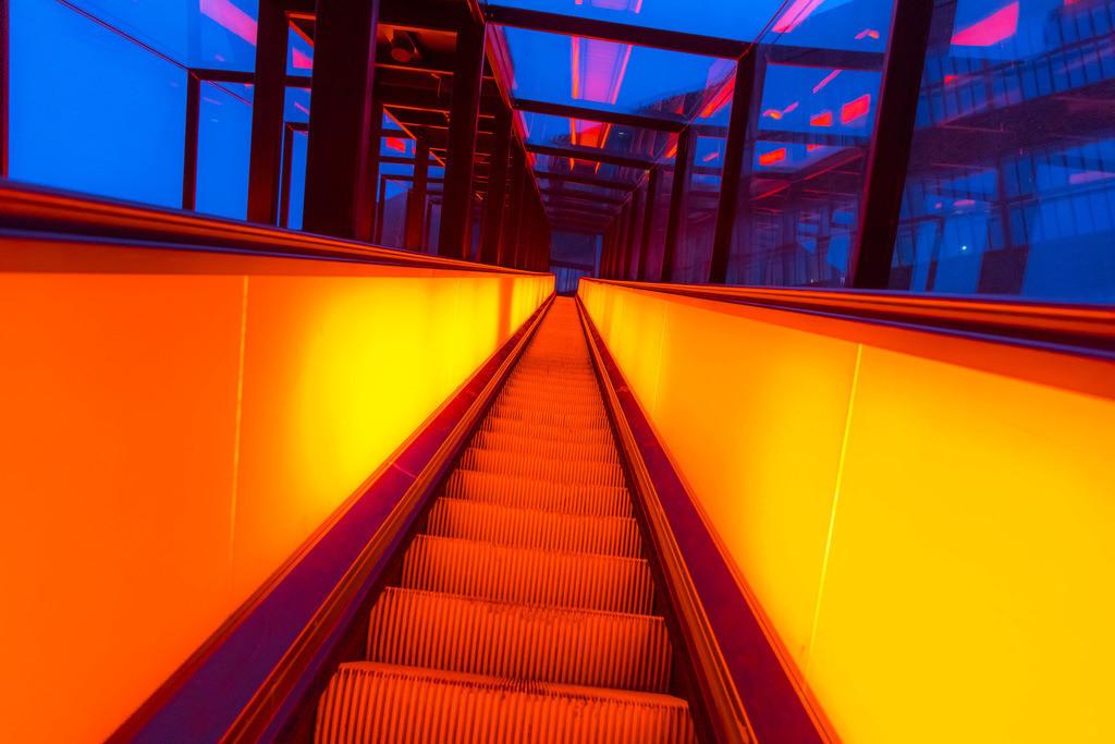 JT-180312-092   Welterbe Zeche Zollverein, Rolltreppe zum Ruhrmuseum, Lichtreflexe der rot beleuchteten Fahrtreppe,