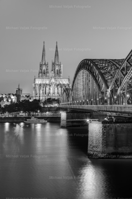 Kölner Dom und Hohenzollernbrücke schwarz-weiß | Der Klassiker aus Köln in schwarz-weiß. Blick am Abend entlang der Hohenzollernbrücke zum Kölner Dom.