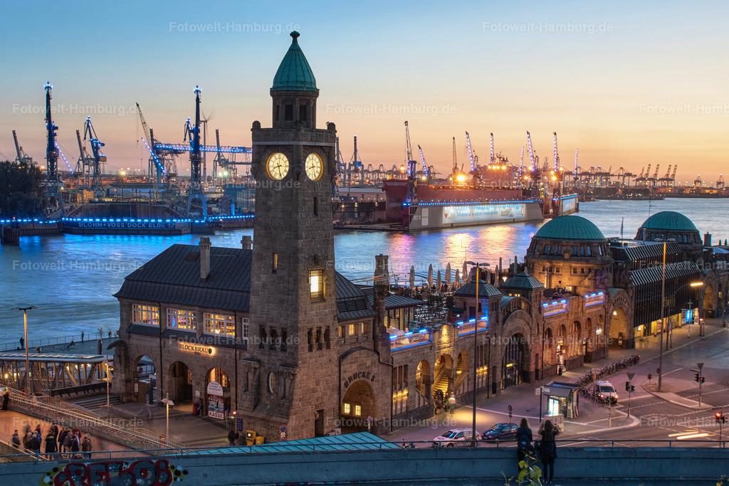 11805104 - Abend an den Landungsbrücken | Blick auf die Landungsbrücken und den Hamburger Hafen.