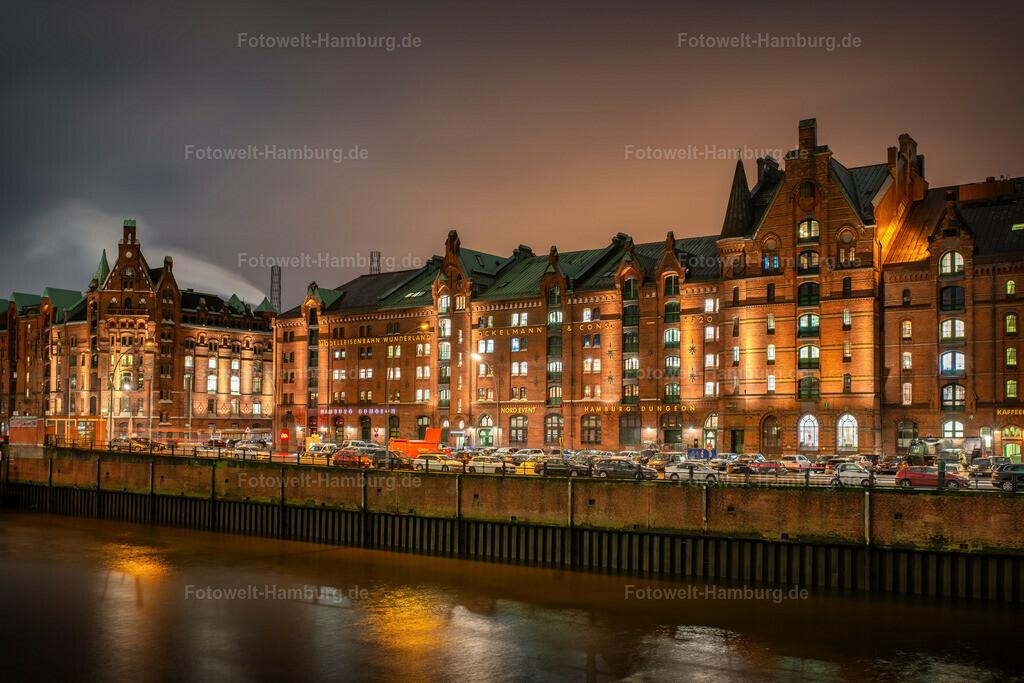 10200305 - Nachts in der Speicherstadt | Bei diesigem Wetter erzeugen die Lichter der Speicherstadt eine ganz besondere Lichtsstimmung am nächtlichen Himmel.