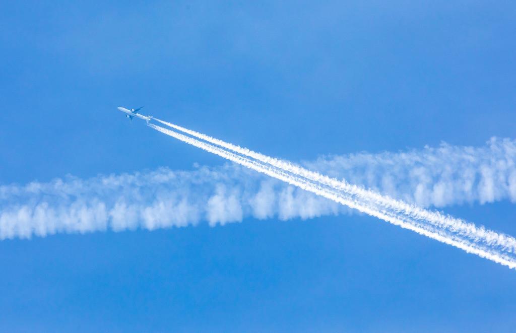 JT-170316-129 |  Kondensstreifen am Himmel über der Nordseeinsel Norderney, verursacht durch die Abgase von Düsenflugzeugen in großer Höhe,
