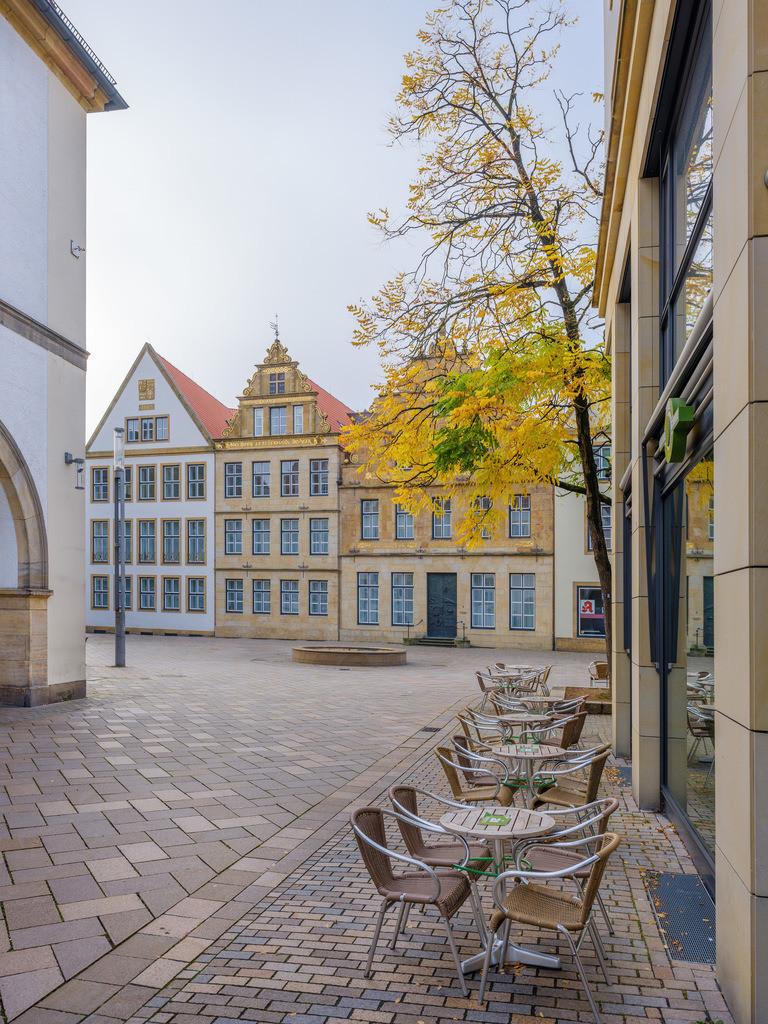 Oktobermorgen auf dem Alten Markt   Oktobermorgen auf der Niedernstraße mit Blick auf den Alten Markt in Bielefeld.