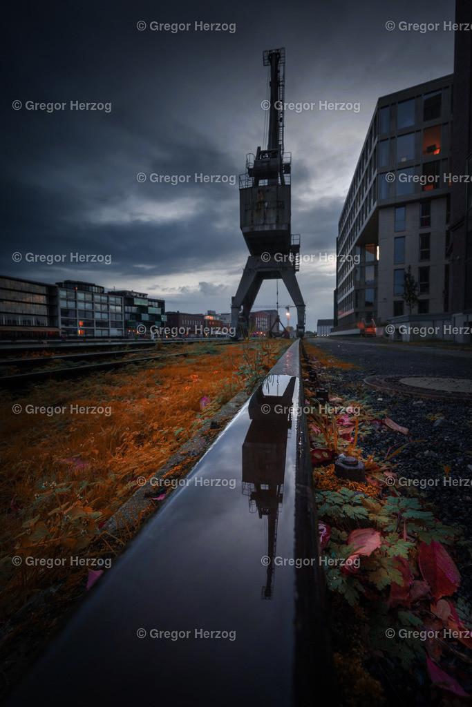 Gespenstisch am Hafen | Kran am Hafen Münster spiegelt sich auf der Schiene