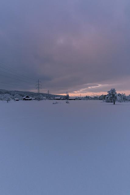 Winterfeeling 3 | Mehrere Bauernhäuser, -höfe in der Nähe von Zürich. Ein Tag neigt sich dem Ende zu