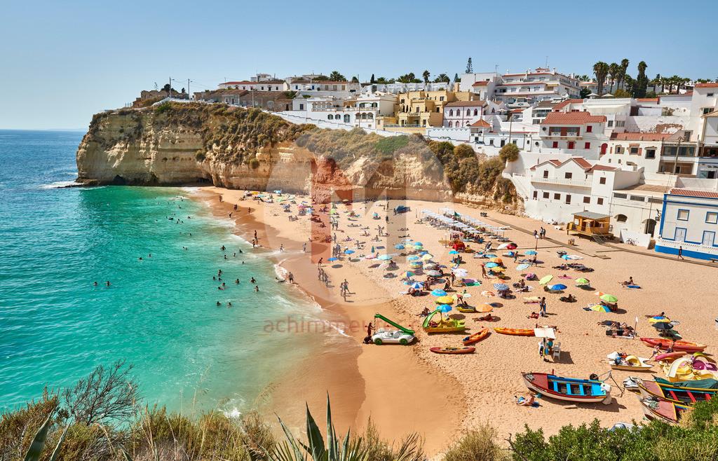 Die kleine Stadt Carvoeiro an der Algarve in Portugal
