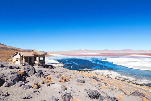 Mother Earth | Kleine Hütte an der Laguna Colorada (Farbige Lagune) auf der Lagunenroute in Bolivien