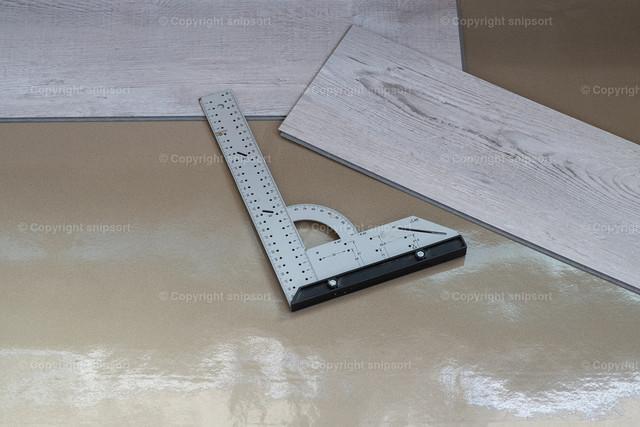 Verlegung von Klick-Vinyl | Konzept einer Wohnungsrenovierung mit Verlegen von Fußboden.
