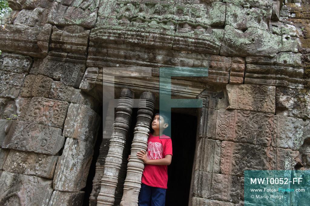 MW10052-FF | Kambodscha | Siem Reap | Reportage: Sombath erkundet Angkor | Sombath besucht den Tempel Preah Khan. Der achtjährige Sombath lebt in Kambodscha im Dorf Anjan, sechs Kilometer westlich von Siem Reap entfernt. In seiner Freizeit nimmt ihn manchmal sein Onkel in die berühmte Tempelanlage von Angkor mit. Besonders mag er die riesigen Wurzeln der Kapokbäume, die auf den uralten Mauern wachsen. Seine Lieblingstempel in Angkor sind Ta Prohm, Banteay Kdei und Preah Khan.  ** Feindaten bitte anfragen bei Mario Weigt Photography, info@asia-stories.com **