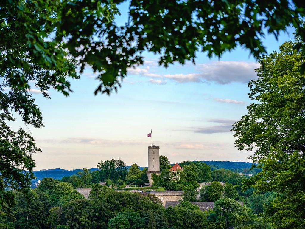 Von Bäumen eingerahmte Sparrenburg | Von Bäumen eingerahmte Sparrenburg vom Johannisberg aus fotografiert.
