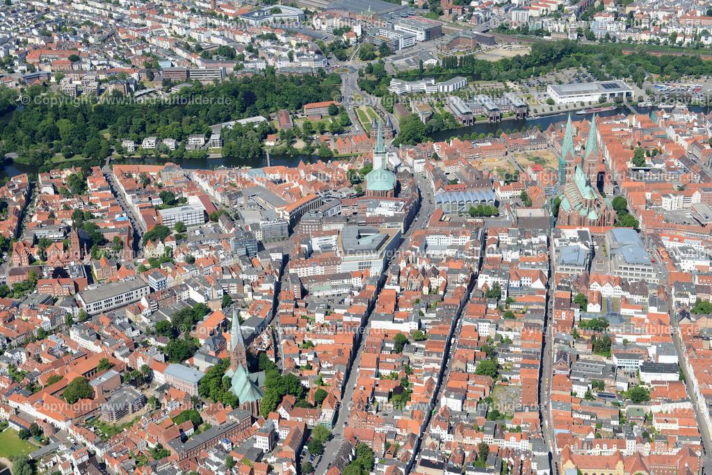 Lübeck_ELS_8449151106 | Lübeck - Aufnahmedatum: 10.06.2015, Aufnahmehoehe: 596 m, Koordinaten: N53°51.807' - E10°42.259', Bildgröße: 7360 x  4912 Pixel - Copyright 2015 by Martin Elsen, Kontakt: Tel.: +49 157 74581206, E-Mail: info@schoenes-foto.de  Schlagwörter;Foto Luftbild,Altstadt,HolstenTor,Kirche,Hanse,Hansestadt,Luftaufnahme,