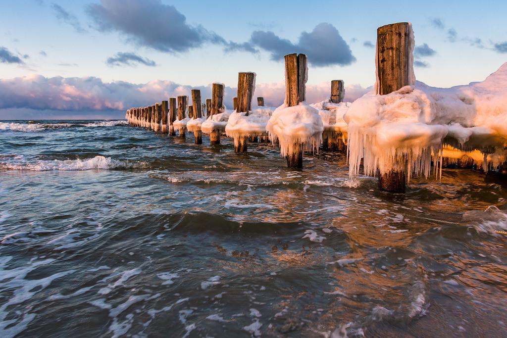 Buhne an der Ostseeküste in Zingst im Winter   Buhne an der Ostseeküste in Zingst im Winter.