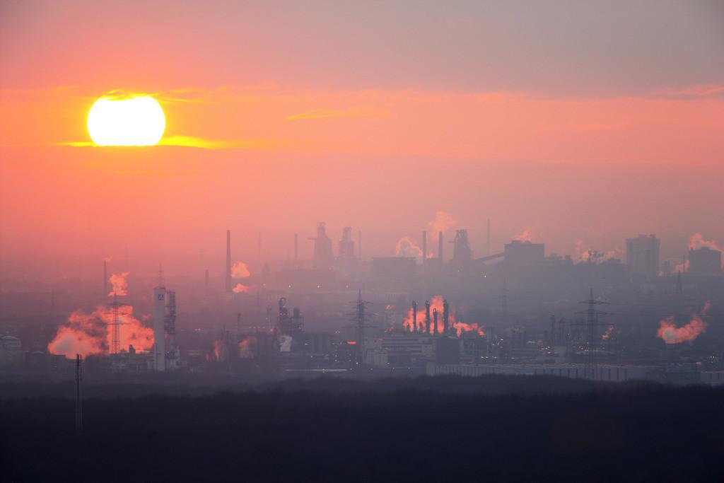 JT-080102-003    ThyssenKrupp Steel Werksgelaende Hamborn, Schwelgern. Kokerei und Hochofenanlagen. Blick von der Halde Haniel, bei Sonnenuntergang.