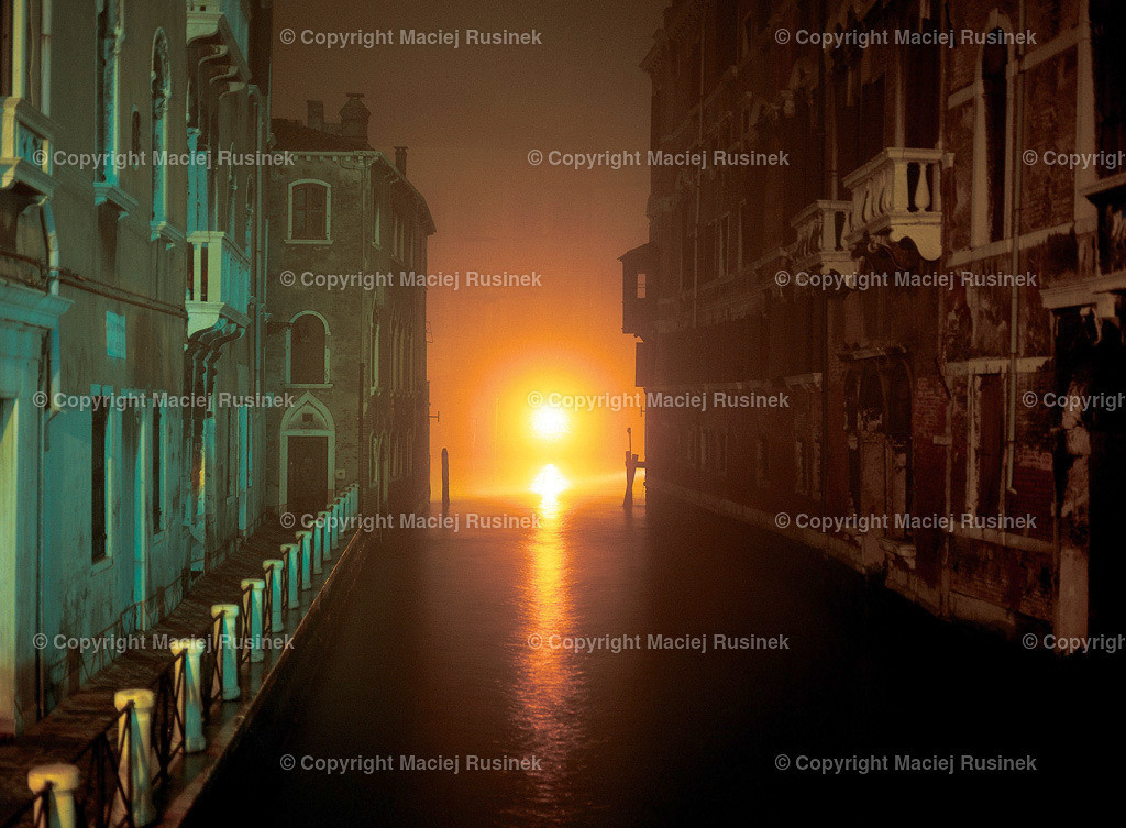 Venedig_12   Venedig nachts Aufnahme. Aufnahme auf konventionellen Dia Film Material von Fuji Velvia Prof im Jahr 1992, mit Mittelformat Kamera 4,5x6 cm, hochauflösend gescannt,