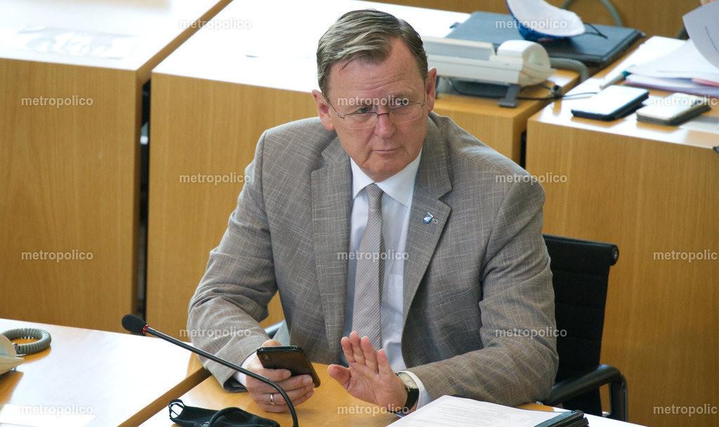 Bodo Ramelow grüßt mit Mobiltelefon Handy