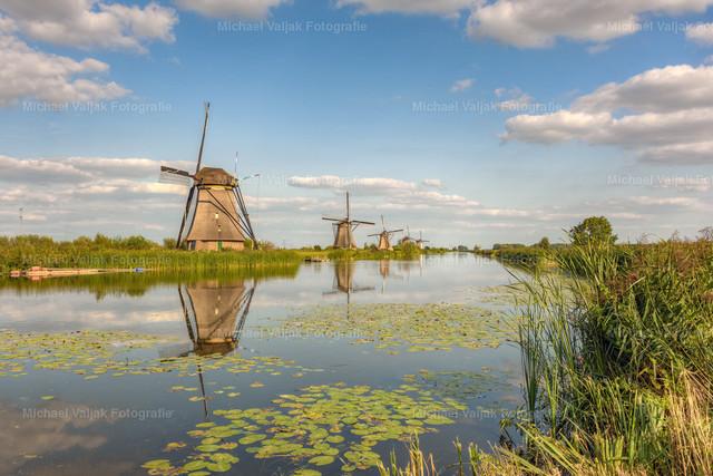 Sommer in Kinderdijk | Die Windmühlen von Kinderdijk in der Nähe von Rotterdam an einem wunderschönen Tag im Sommer.