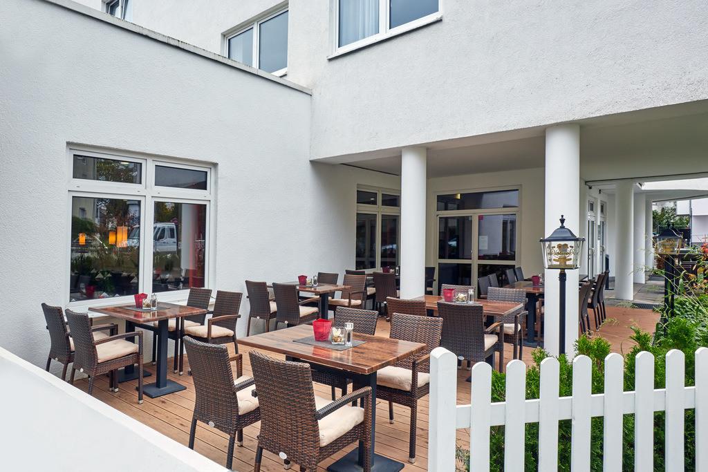 terrasse-02-hplus-hotel-darmstadt