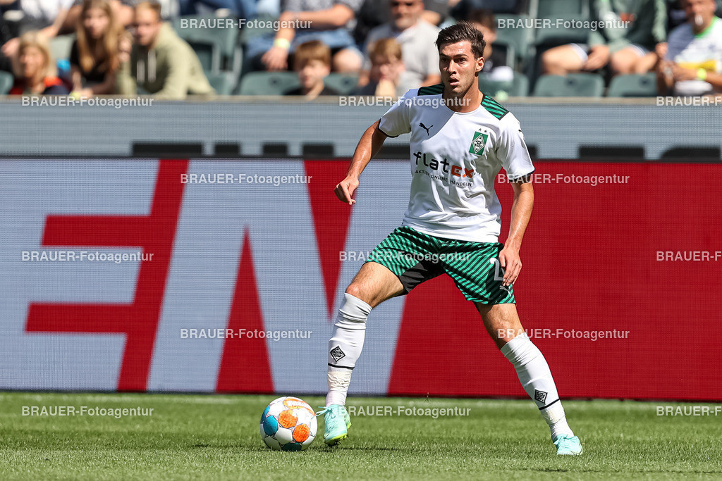 Borussia Moenchengladbach - FC Groningen  | Moenchengladbach, Deutschland, 31.07.2021: Joe Scally (Borussia Moechengladbach) in Aktion, am Ball, Einzelaktion,    beim Testspiel zwischen Borussia Moenchengladbach und FC Groningen im Borussia-Park am 31. Juli 2021 in Moenchengladbach.  (Foto: BRAUER-Fotoagentur)   DFB / DFL REGULATIONS PROHIBIT ANY USE OF PHOTOGRAPHS AS IMAGE SEQUENCES AND/OR QUASI-VIDEO.
