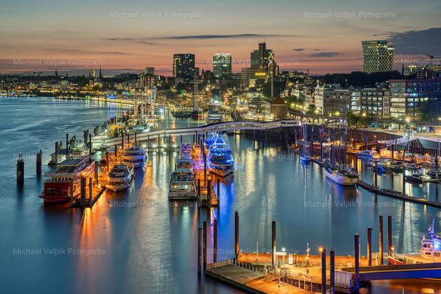 Hamburg bei Nacht | Blick von der Elbphilharmonie über den Niederhafen in Richtung Landungsbrücken und St. Pauli im Hintergrund.