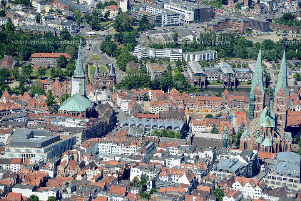 Lübeck_ELS_8634151106 | Lübeck - Aufnahmedatum: 10.06.2015, Aufnahmehoehe: 559 m, Koordinaten: N53°51.897' - E10°43.004', Bildgröße: 6637 x  4430 Pixel - Copyright 2015 by Martin Elsen, Kontakt: Tel.: +49 157 74581206, E-Mail: info@schoenes-foto.de  Schlagwörter;Foto Luftbild,Altstadt,HolstenTor,Kirche,Hanse,Hansestadt,Luftaufnahme,