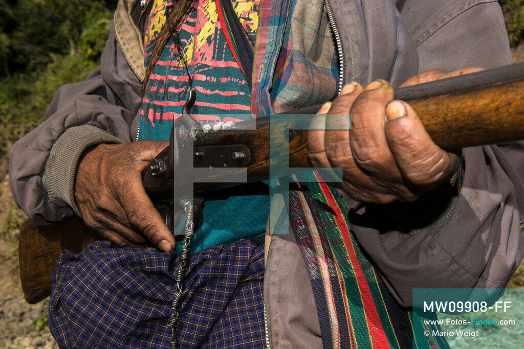 MW09908-FF | Myanmar | Mindat | Reportage: Mindat im Chin State | Gewehr mit Zähnen von Wildtieren gehört Yong Tan, ein Jäger vom Bergvolk der Chin   ** Feindaten bitte anfragen bei Mario Weigt Photography, info@asia-stories.com **