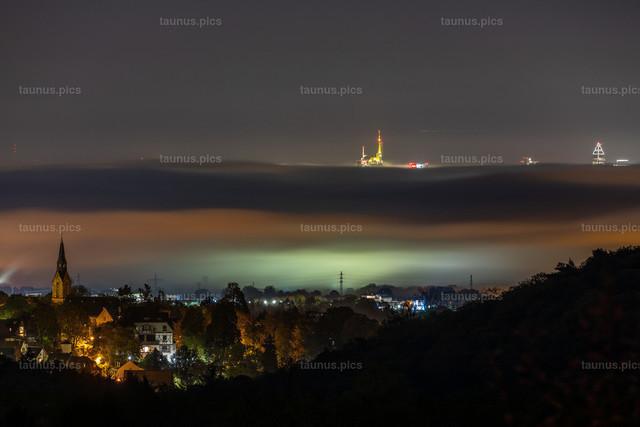 Frankfurter Skyline im Nebel | 28.10.2019, Kronberg (Hessen): Blick über Kronberg in den Abendstunden auf die Frankfurter Skyline, die aus einer Nebeldecke herausragt.