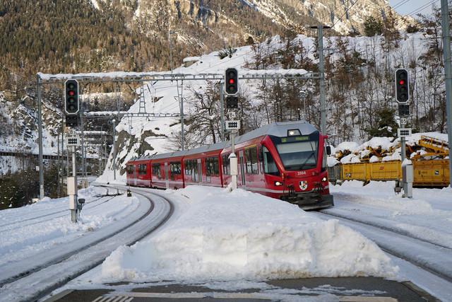 RhB ABe 8/12 3104 | Der vierteilige Allegra bei der Einfahrt in den Bahnhof Reichenau-Tammins im Kanton Graubünden.