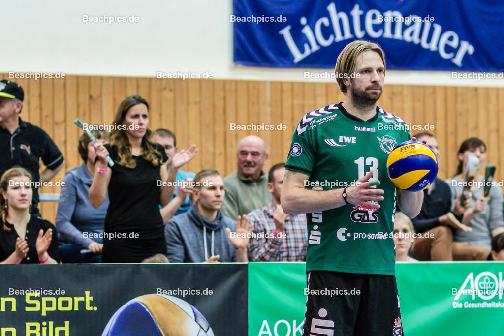 2016_125_BLM_Netzhoppers-Lüneburg | Manuel Rieke (Netzhoppers #13) beim Aufschlag mit Frau Uli