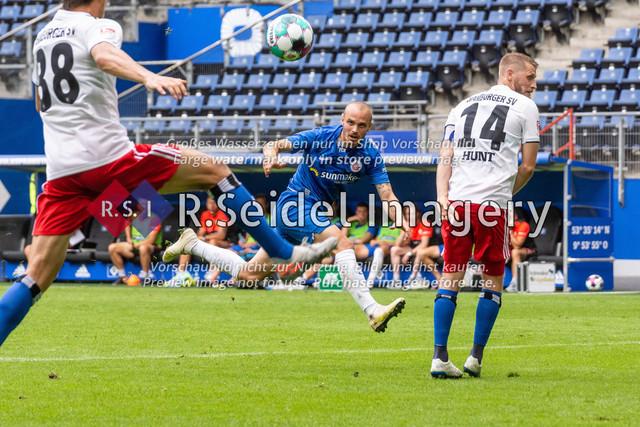 Fußball, Herren, Testspiel, Hamburger SV - FC Hansa Rostock, Volksparkstadion, 09.08.2020   Korbinian Vollmann (#10 Hansa Rostock), Aaron Hunt (#14 HSV)