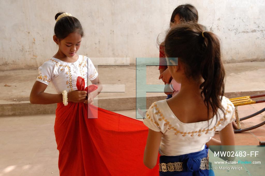 MW02483-FF   Kambodscha   Phnom Penh   Reportage: Apsara-Tanz   Tanzschülerin beim Ankleiden in einer Tanzschule. Sie lernt den Apsara-Tanz. Sechs Jahre dauert es mindestens, bis der klassische Apsara-Tanz perfekt beherrscht wird. Kambodschas wichtigstes Kulturgut ist der Apsara-Tanz. Im 12. Jahrhundert gerieten schon die Gottkönige beim Tanz der Himmelsnymphen ins Schwärmen. In zahlreichen Steinreliefs wurden die Apsara-Tänzerinnen in der Tempelanlage Angkor Wat verewigt.   ** Feindaten bitte anfragen bei Mario Weigt Photography, info@asia-stories.com **