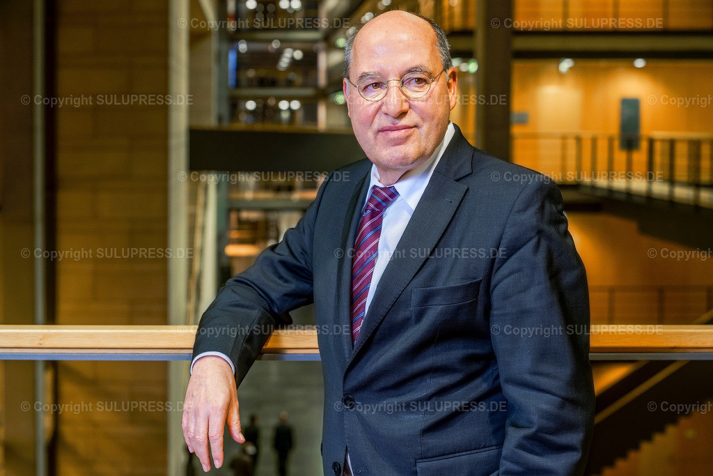 Gregor Gysi - Portrait   EXKLUSIV - 21.11.2018, Portrait von Dr. Gregor Florian Gysi, Präsident der Europäischen Linken. Dieses Bild ist Teil einer exklusiven Foto-Session des Politikers, entstanden im Jakob-Kaiser-Haus in Berlin.