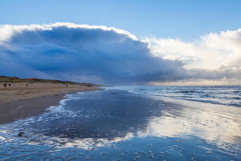 JT-131110-1239 | Nordseestrand, aufgewühlte See, Wolkenberge, bei einem Herbststurm, Spaziergänger,