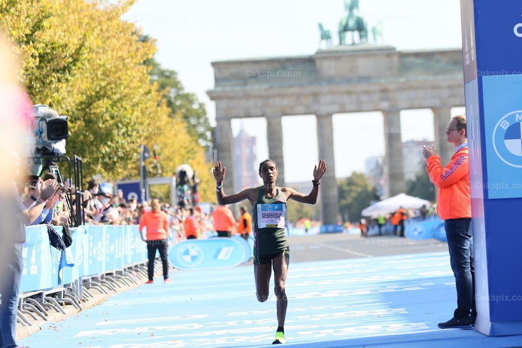 Äthioperin Gotytom Gebreslase gewinnt den Berlin-Marathon 2021 der Frauen   26.09.2021, Berlin, Deutschland. 26.09.2021, Berlin, Deutschland. Bei den Frauen gewinnt Äthioperin Gotytom Gebreslase mit 02:20:09 Strunden, den zweiten Platz gewinnt Hiwot Gebrekidan aus Äthiopien mit 2:21:23 Stunden und Helen Tola auch aus Äthiopien gewinnt den dritten Platz mit 02:23:05 Stunden. Beste deutsche Läuferin kommt auf Rang neun Rabea Schöneborn mit 2:28:49. Das Bild zeigt Hiwot Gebrekidan