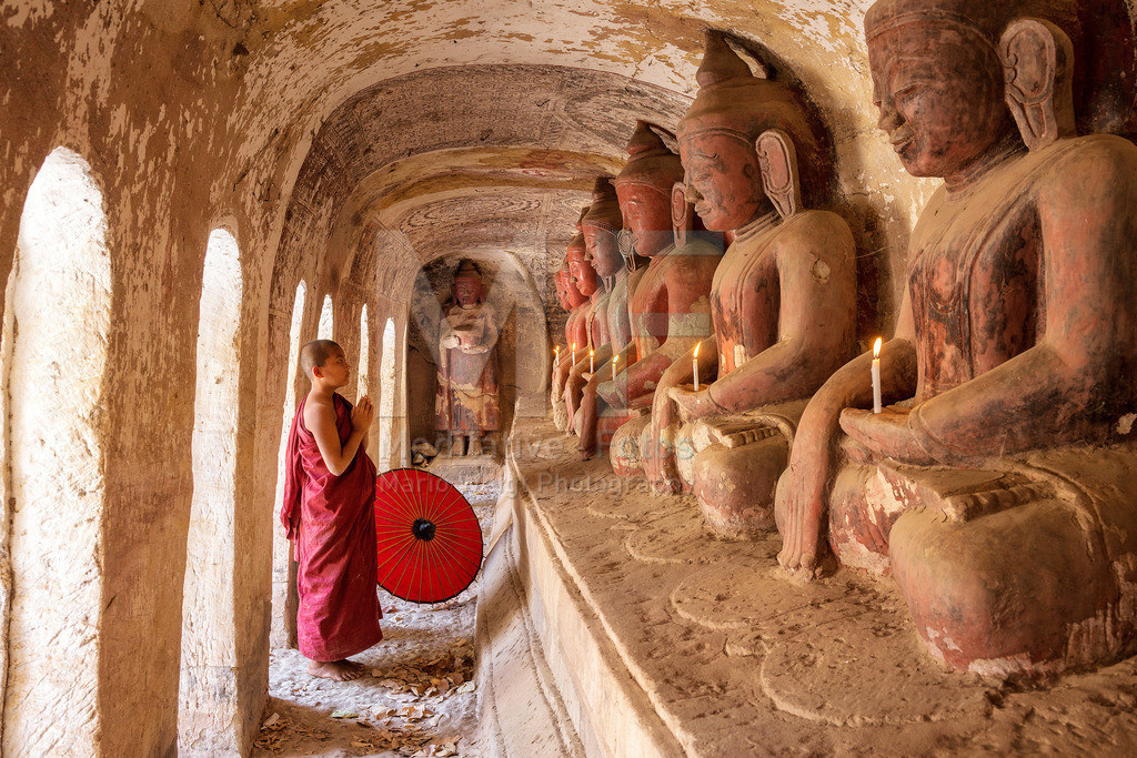 MW0115-2940 | Fotoserie DER ROTE SCHIRM | Betender Mönch in den Höhlen von Hpo Win Daung