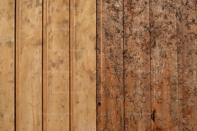 Eine zur Hälfte abgeschliffene Holzwand | Eine Holzwand vor und nach dem Abschleifen.