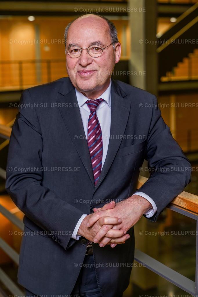 Gregor Gysi - Portrait | EXKLUSIV - 21.11.2018, Portrait von Dr. Gregor Florian Gysi, Präsident der Europäischen Linken. Dieses Bild ist Teil einer exklusiven Foto-Session des Politikers, entstanden im Jakob-Kaiser-Haus in Berlin.