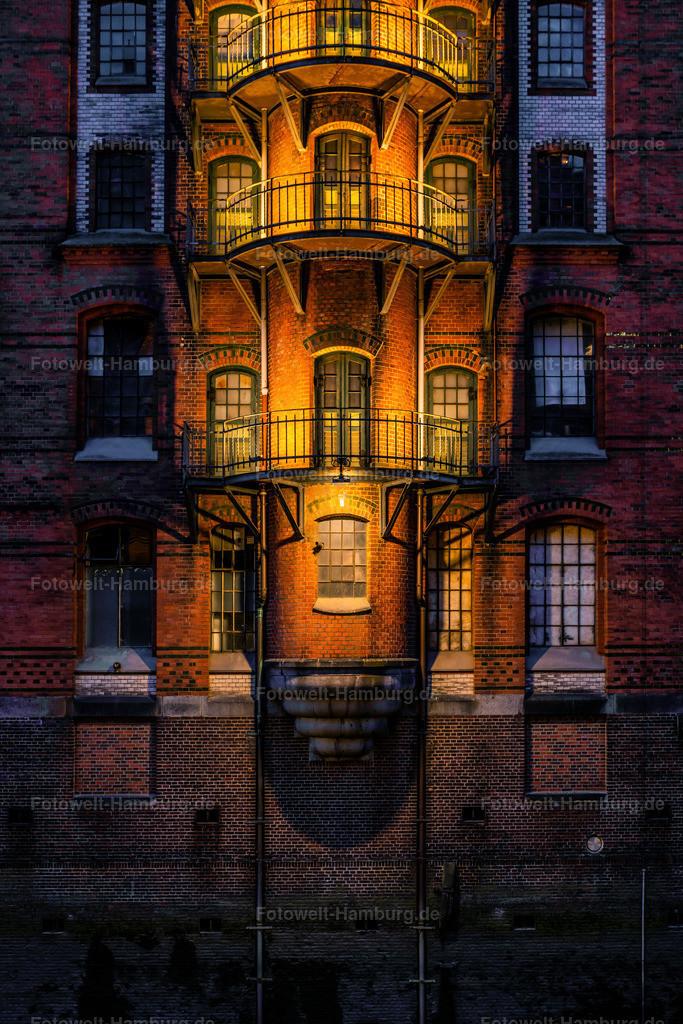 10210610 - Speicherstadt Fassade bei Nacht | Blick auf eine typische Fassade in der Speicherstadt, die abends eindrucksvoll beleuchtet ist.